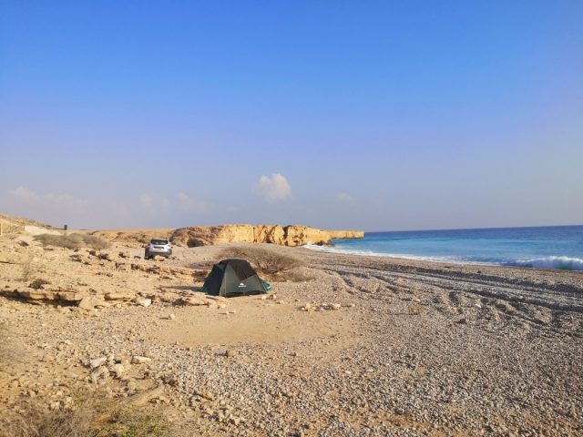 Kampiranje v Omanu, plaža blizu wadi Shab
