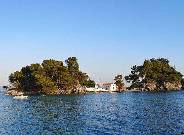 Parga čudovito obmorsko mestece: zelen otoček s cerkvico