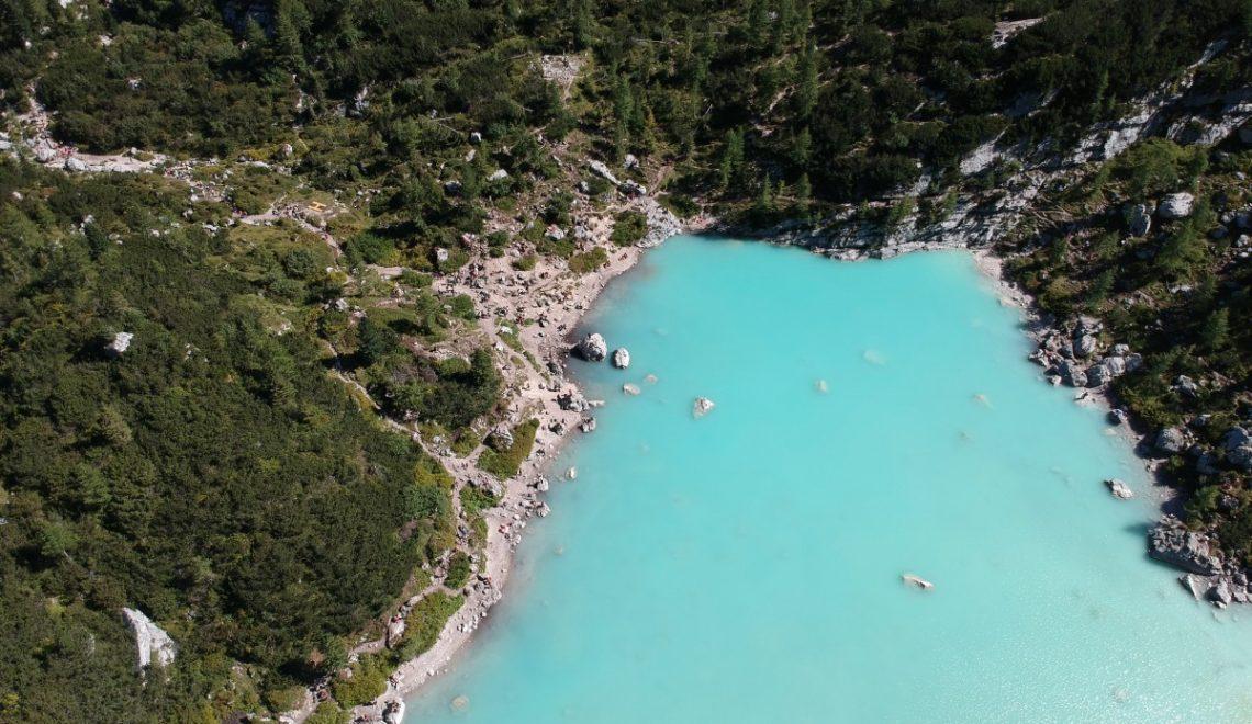 Čudovito jezero Sorapis v Dolomitih